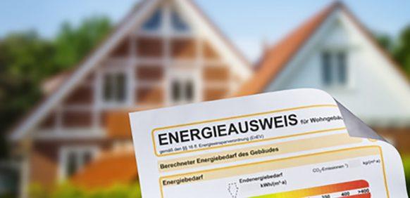 Energieausweis mit einem Einfamilienhaus im Hintergrund